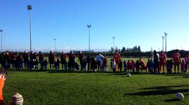 """I bambini della scuola materna """"Santa Greca"""" sfidano le vecchie glorie del Cagliari"""