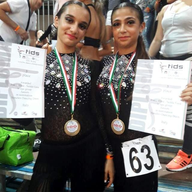 Elisa Porcu e Gaia Sedda con la medaglia di bronzo