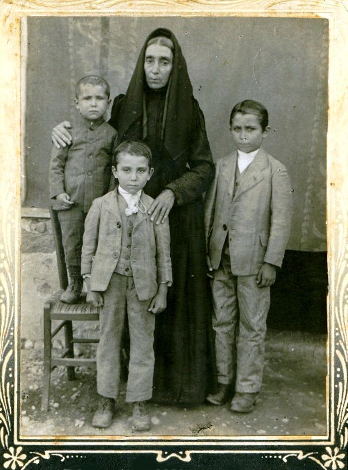Nel 1913 con la nonna Pietrina Orrù e i fratelli Antonio e Cesare