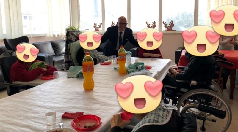 Il sindaco di Decimoputzu Alessandro Scano a pranzo con gli anziani di Casa Melania