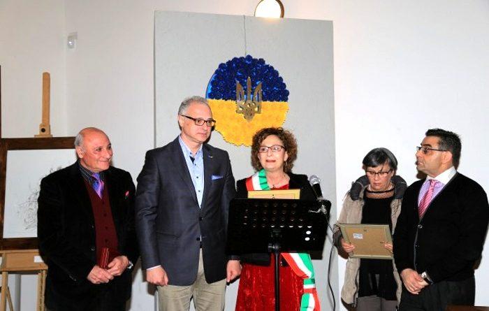 L'artista Armandì, l'ambasciatore Perelygin, la sindaca di Decimomannu Anna Paola Marongiu, la presidente dell'Arci Bauhaus Anna Piras e il direttore responsabile del periodico Vulcano Sandro Bandu