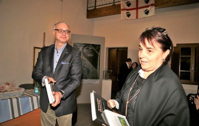 La consegna all'ambasciatore ucraino del libro storico su Decimomannu da parte della componente del direttivo Arci Bauhaus Patrizia Fonnesu