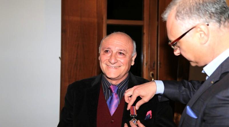 L'ambasciatore ucraino Yevhen Perelygin consegna l'onorificenza all'artista decimese Armandì (foto Tomaso Fenu)
