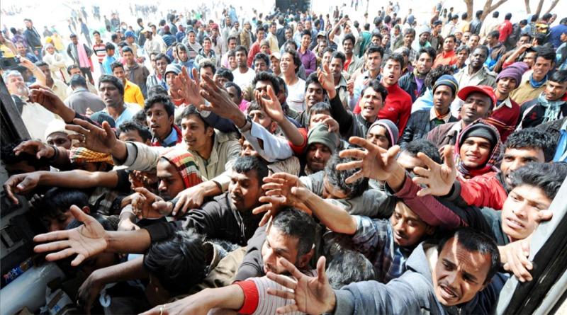 Le mani tese dei migranti