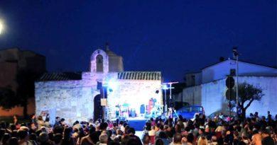 Piazza San Giovanni durante uno degli appuntamenti con la rassegna letteraria (foto Mario Puddu)