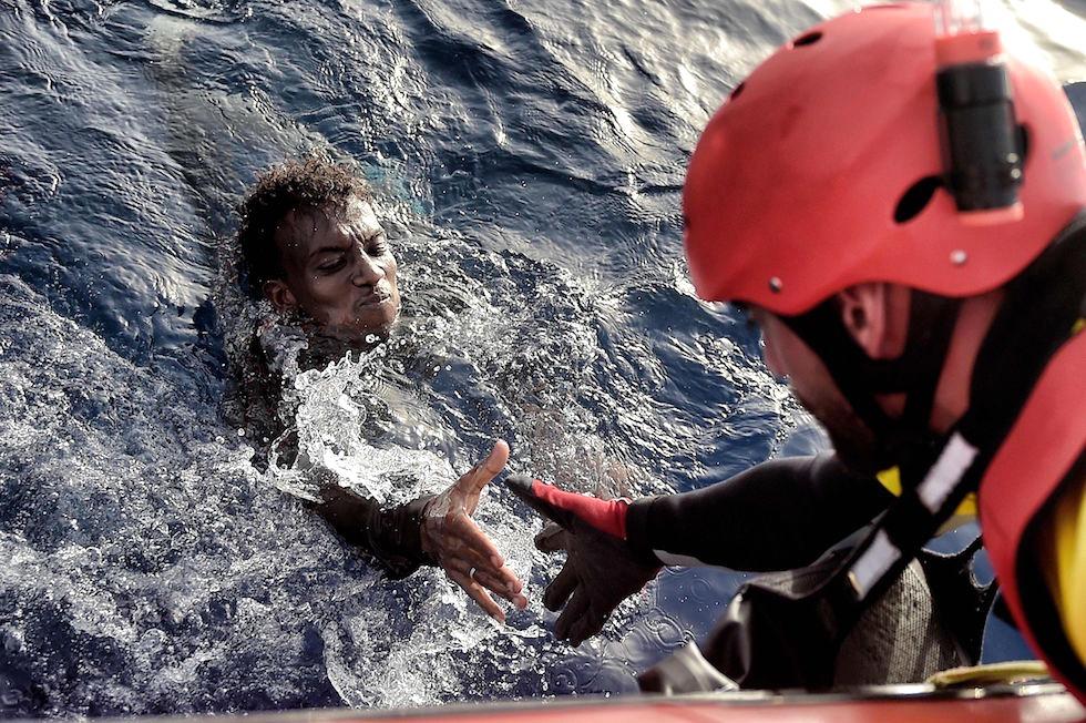 Salvataggio in mare di un migrante