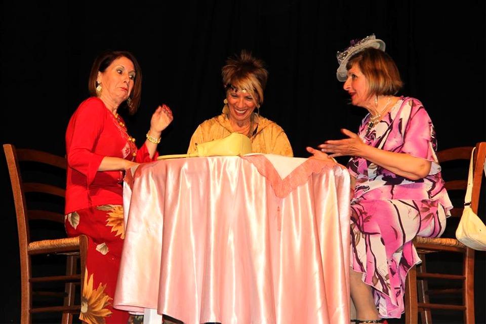 """Un momento dello spettacolo del gruppo teatrale """"Is Prendas"""" della Consulta delle donne di Villasor"""