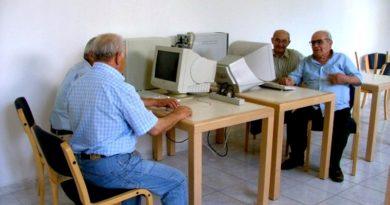 Alcuni anziani seduti davanti al computer durante il corso