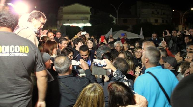 La folla saluta Luigi Di Maio, intervenuto all'anfiteatro comunale di Assemini (foto Carmen Corda)