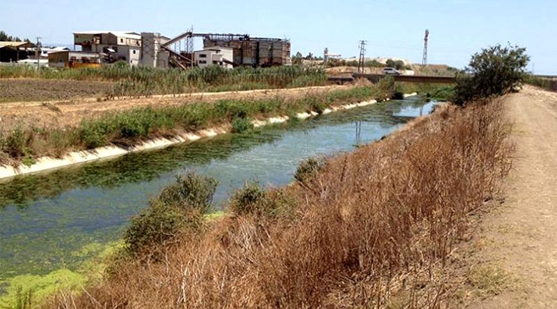 Il canale, sullo sfondo la ex laveria (foto Alberto Nioi)