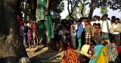 La scena dell'impiccagione di una donna nel villaggio di Katra Shahadatganj, nell'Uttar Pradesh