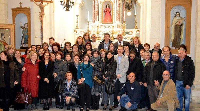 Foto di gruppo dei cinquantenni di Decimomannu nati nel 1963 all'interno della Chiesa di Santa Greca