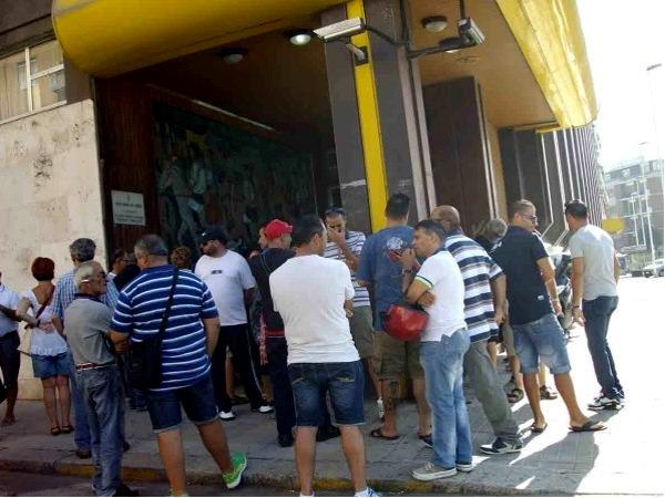 Lavoratori in attesa sotto l'assessorato regionale del Lavoro (foto di Roberto Fenu)