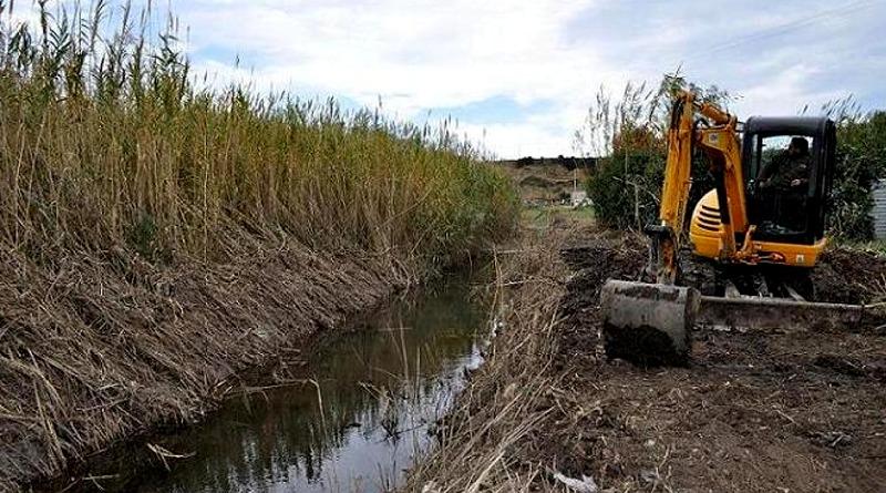 La pulizia di un canale nel territorio di Assemini