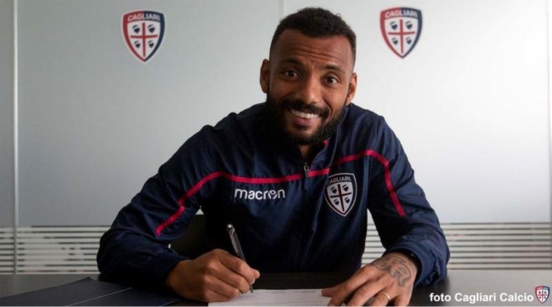 João Pedro firma il rinnovo del contratto fino al 2022 (foto Cagliari Calcio)