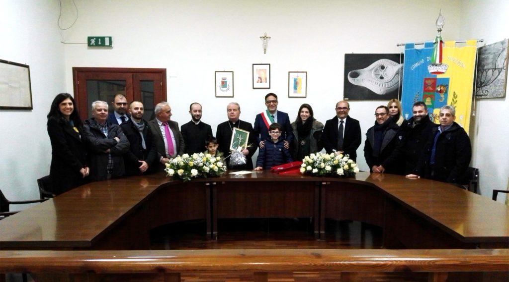 Monsignor Arrigo Miglio con l'amministrazione comunale di Villaspeciosa