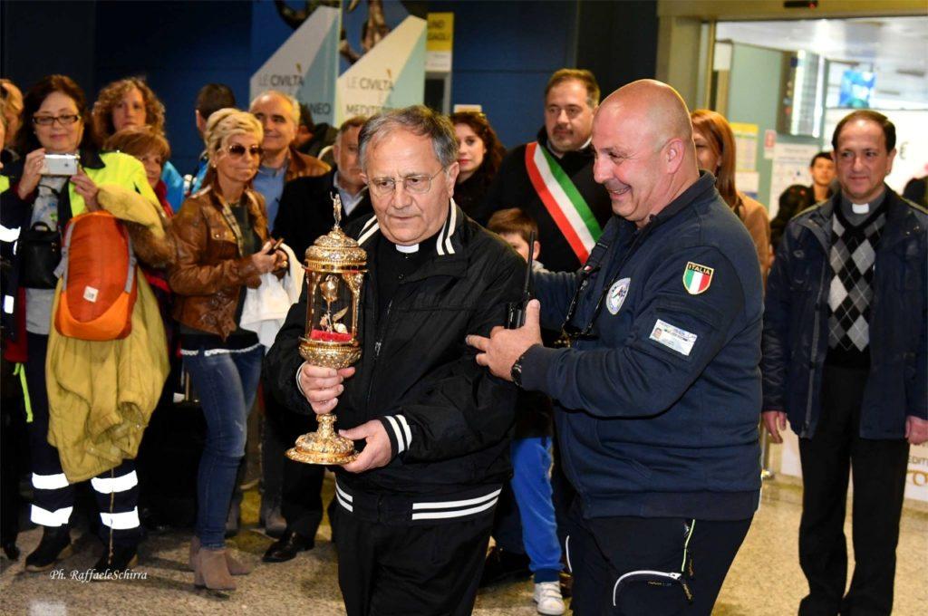 L'arrivo della reliquia all'aeroporto di Elmas (foto Raffaele Schirra)