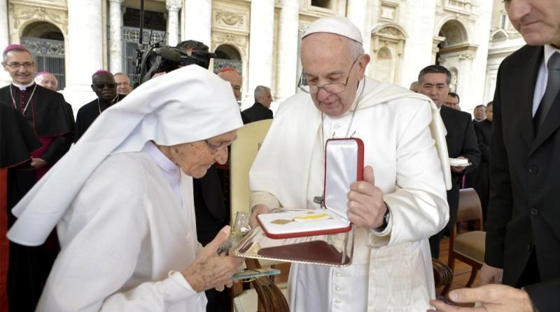Papa Francesco consegna l'onorificenza a Suor Maria Concetta Esu (foto ufficiale Vaticano)