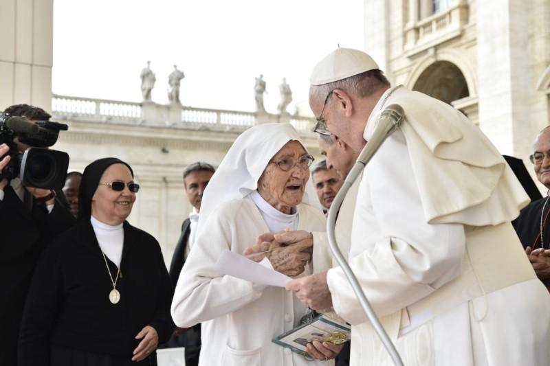 Papa Francesco incontra Suor Maria Concetta Esu (foto ufficiale Vaticano)