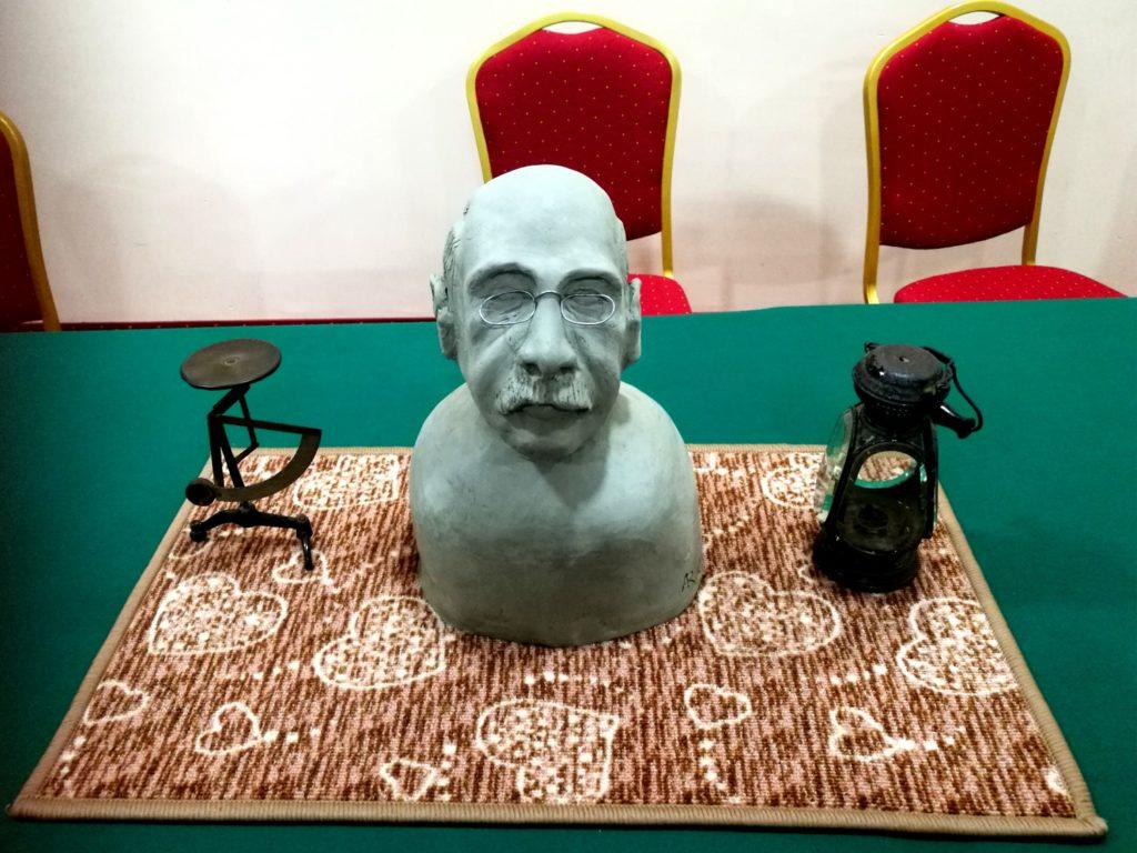 Il busto del Conte Ceconi realizzato dall'artista Antonino Ruggeri e due oggetti appartenuti al Conte, donati al signor Armando Girau