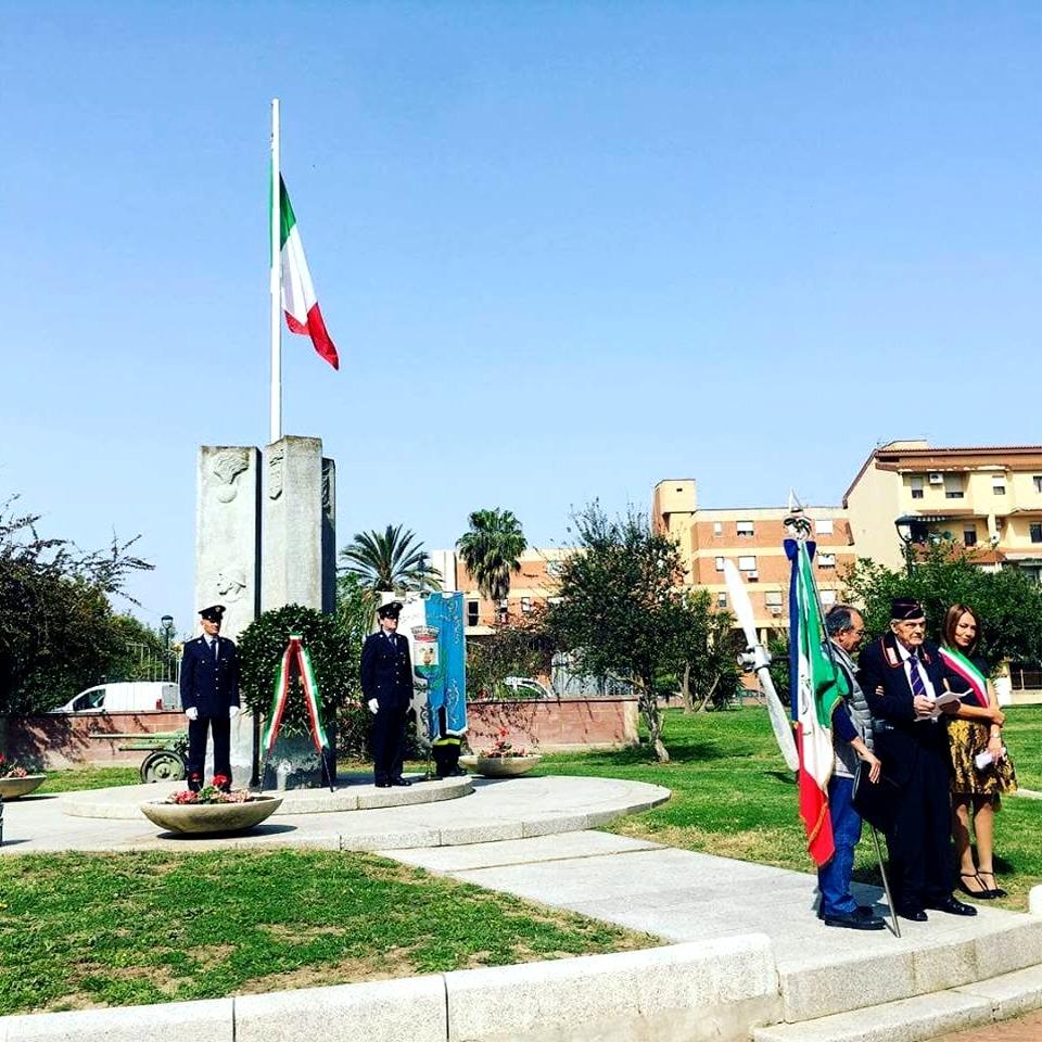 Le celebrazioni del 25 aprile di fronte al monumento ai caduti
