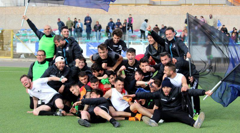 L'esultanza dei calciatori dopo la promozione (© foto Elena Accardi - SSD San Marco Assemini 80)