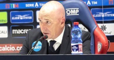 Il tecnico Rolando Maran in conferenza stampa © foto Cagliari Calcio