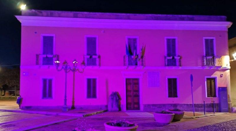 Il vecchio municipio colorato di viola