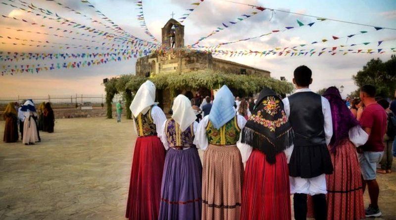 Il gruppo nello scenario della chiesetta di San Platano