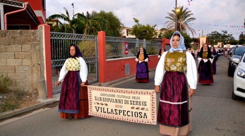 Il gruppo sfila nella processione in onore di San Platano