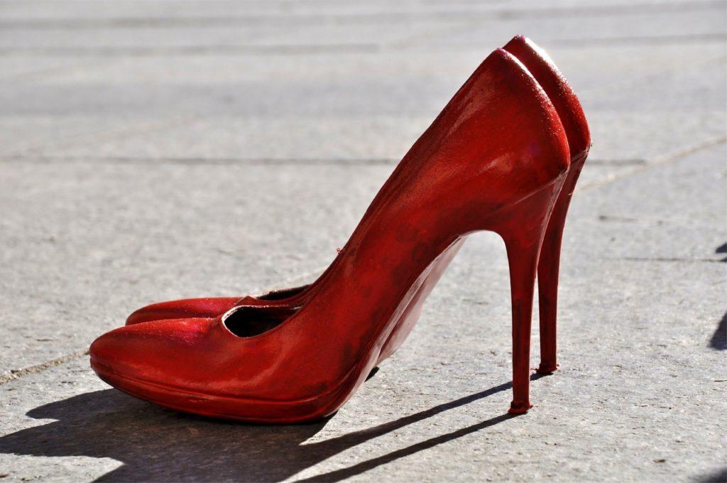 Scarpe rosse contro la violenza sulle donne
