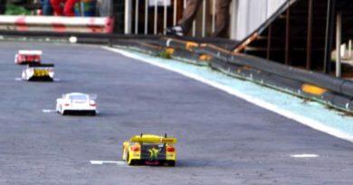 Modelli radiocomandati sulla pista in asfalto a Decimoputzu