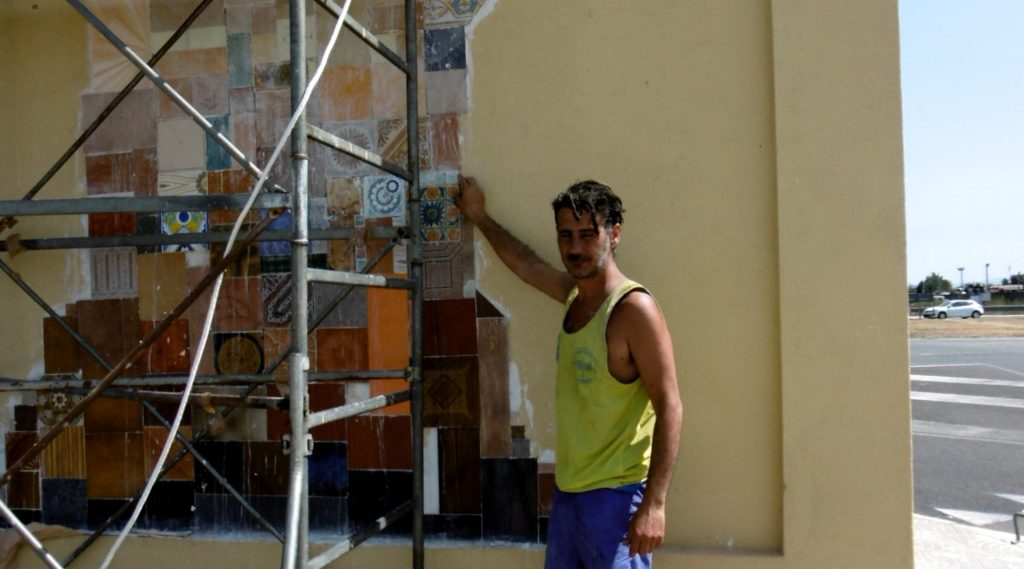 Davide Falchi durante la realizzazione del murale