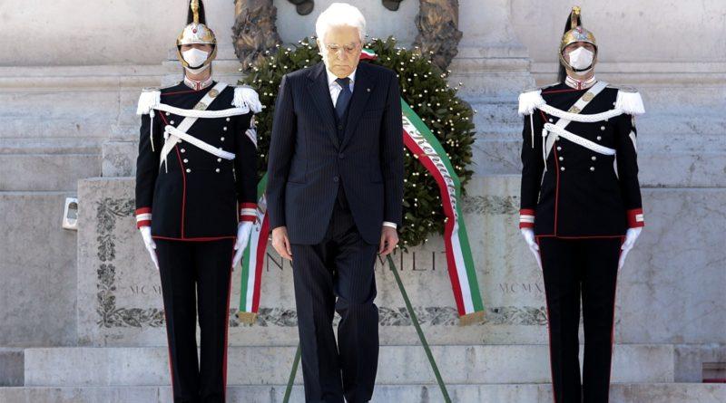 Il Presidente Sergio Mattarella in occasione della deposizione di una corona d'alloro sulla Tomba del Milite Ignoto, nella ricorrenza del 75° anniversario della Liberazione - foto Twitter Quirinale