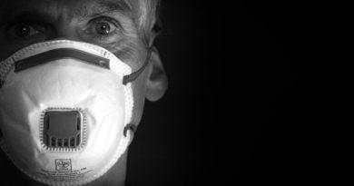 Uomo con mascherina coronavirus
