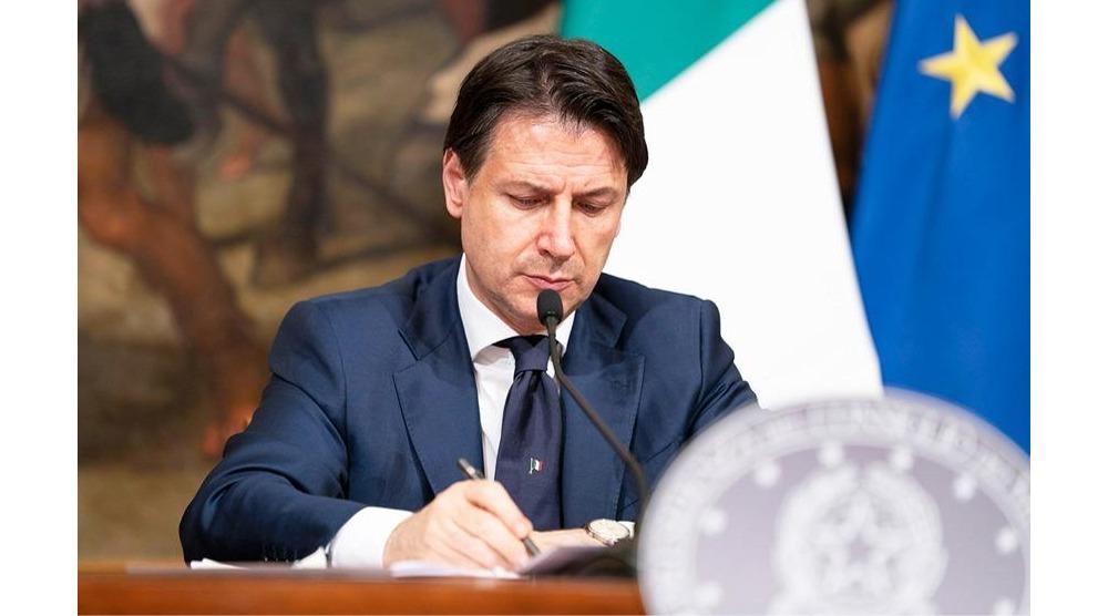 Conte firma Dpcm 17 maggio 2020 - © foto Governo italiano