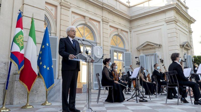 """Il Presidente della Repubblica Sergio Mattarella durante il """"Concerto dedicato alle vittime del coronavirus"""" - © foto Quirinale"""